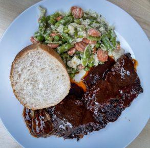 Ein Bild, das Teller, Essen, weiß, Gericht enthält.  Automatisch generierte Beschreibung